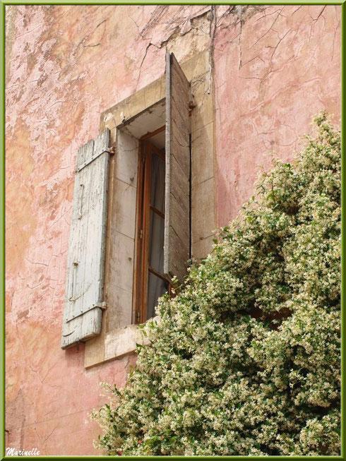Fenêtre dans ruelle du village d'Oppède-le-Vieux, Lubéron (84)