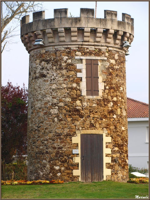 La tour, ancien moulin, à Arès (Bassin d'Arcachon)