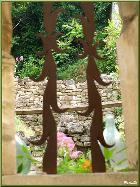 Jardin derrière une grille dans le village d'Oppède-le-Vieux, Lubéron (84)