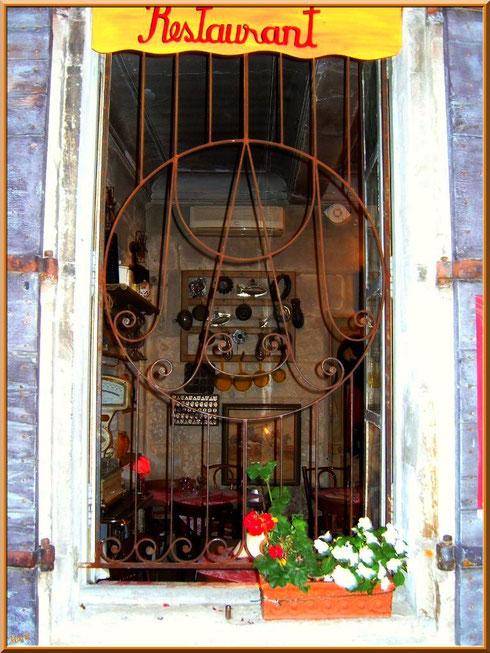 """Une des fenêtres du restaurant très chic """"Bistrot de Marie"""" dans une ruelle à Saint Rémy de Provence, Alpilles (13)"""