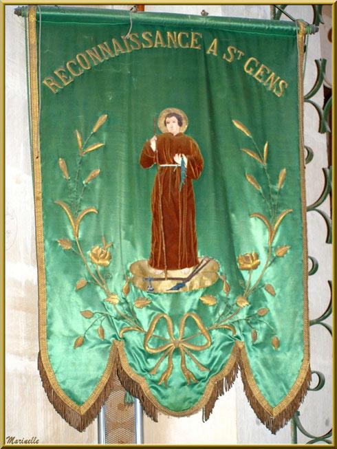Fanion de procession dans l'église de l'Ermitage Saint Gens, village de Le Beaucet, Lubéron (84)