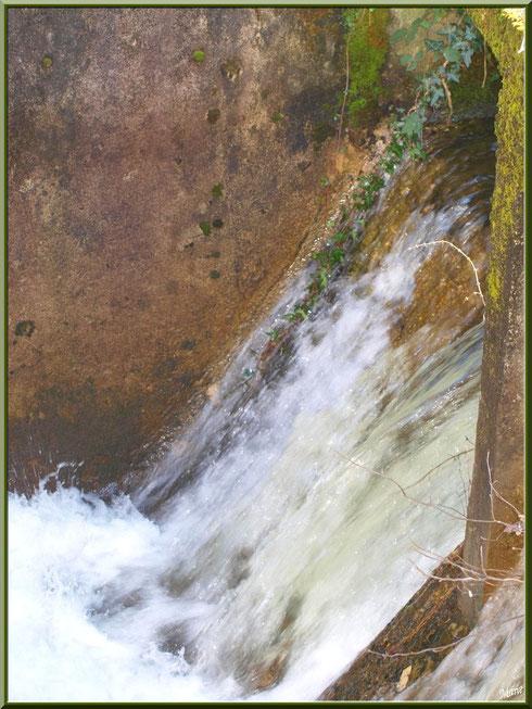 Chute d'eau en sortie d'une écluse sur le Canal des Landes au Parc de la Chêneraie à Gujan-Mestras (Bassin d'Arcachon)