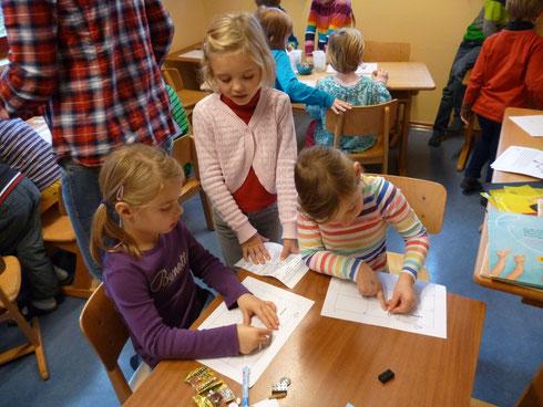 Nicht nur Bücher begeistern, sondern auch Rätselaufgaben konnten die Schüler den Kindergartenkindern vorlesen!