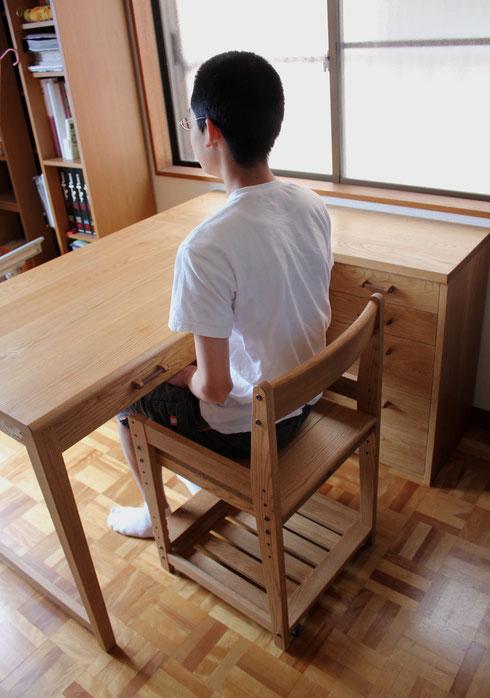 L字型シンプル学習机(大和市・S様邸)R君に座ってもらう
