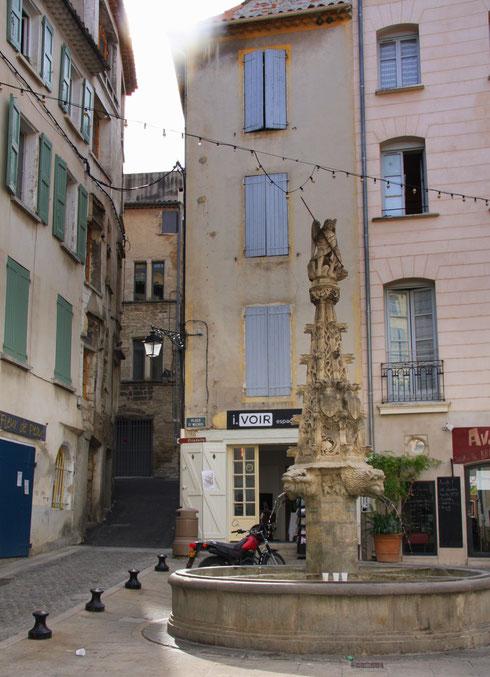 Bild: Brunnen in der Stadtmitte von Forcalquier