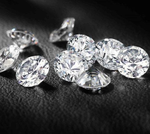 Foto de diamantes tratados sobre lienzo negro