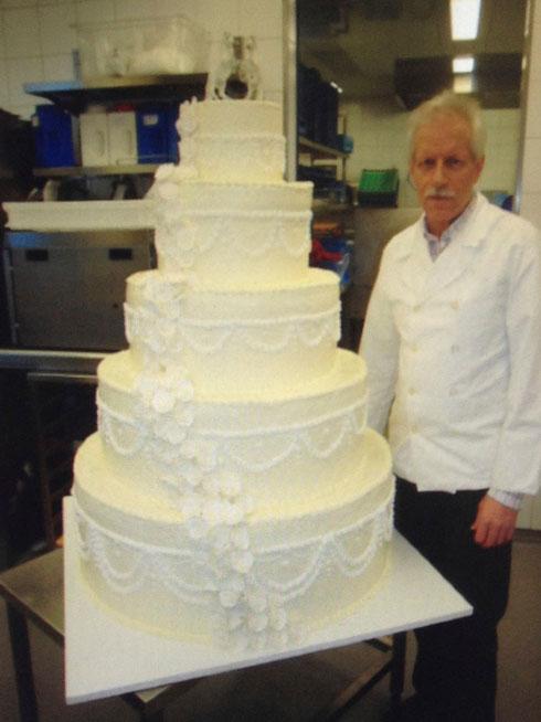 Unser Chef mit Hochzeitstorte