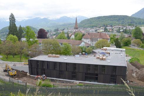 16. Mai 2014 – Auf dem Dach wird durch SpiezSolar die Photovoltaik-Anlage montiert.