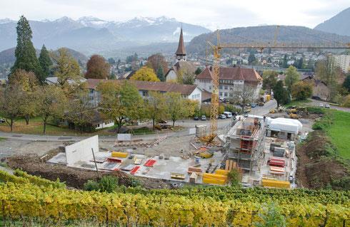 1. Nov. 2013 – es wird betoniert, und das Holz für die Fassade ist auch schon bereit!