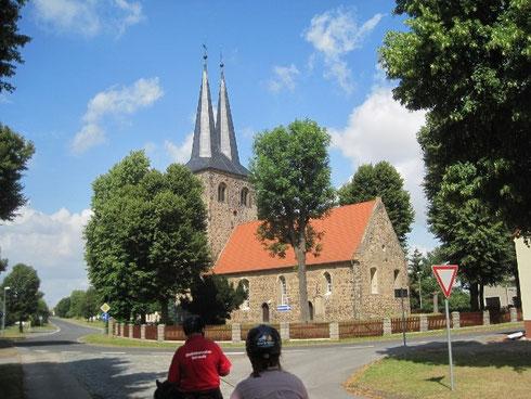 und eine schöne Kirche aus Feldsteinen mit Zwillingstürmen