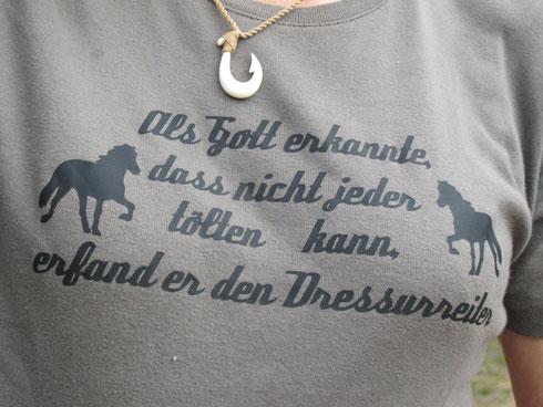auf Carmens T-Shirt