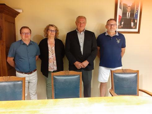 Claude HENNEQUIN, maire, entouré de ses 3 adjoints