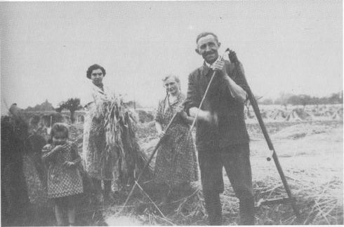Geschlachtet wurde zumeist zuhause von Hausschlachtern. Da die Hausschlachtung ein Saisongeschäft war, war der Hausschlachter oft gleichzeitig Maurer. So hatte er das ganze Jahr über Arbeit: im Sommer arbeitete er als Maurer, im Winter als Schlachter.