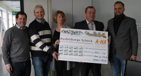 Übergabe des A-HA Ausbildungsschecks an Vetreter des Tiefbauamts der Bundesstadt Bonn, v.l. A. Höcherl, Hr. Dr. Walther, Fr. Frömbgen, Hr. Esch, S. Theus