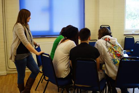 ヤングケアラーを見守るスタッフ 参加者は十代の介護を担う若者たち