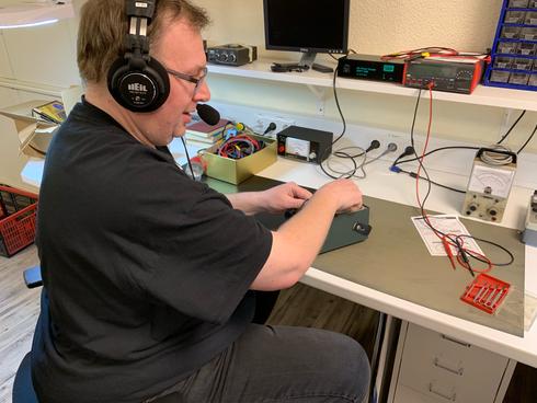 Klaus, DG1FFD, beim testen eines Signalgenerators