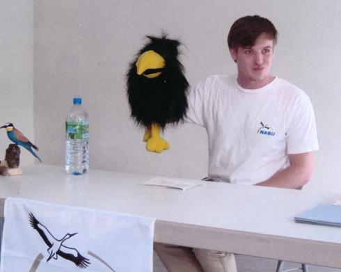 NABU Regionalstellen-Mitarbeiter Christian Theobaldt mit Alpendohle Abraxas