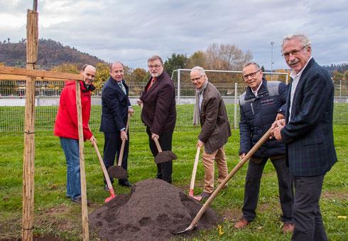 Einige der Baumpflanzer am Werk: v.l. Gernot Gruber MdL, LVP Wilfried Klenk MdL, BM Dieter Zahn, SDW-Vors. Dr. Gerhard Strobel, Stv. SDW-Vors. Helm-Eckart Hink, SDW-Mitglied Urban Edlund