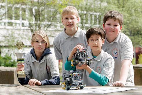 Das Team präsentiert seinen Pokal und die siegreichen Roboter, Bild von CREATIV PICTURE – Heinz Werner Lamberz