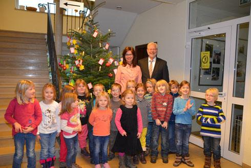 """Bürgermeister Glöckner und die 1. Vorsitzende der Rommerskirchener Tafel Heike Hendrich zusammen mit den Kindern der Kindertagesstätten """"Pusteblume"""" und """"Kleine Riesen"""""""