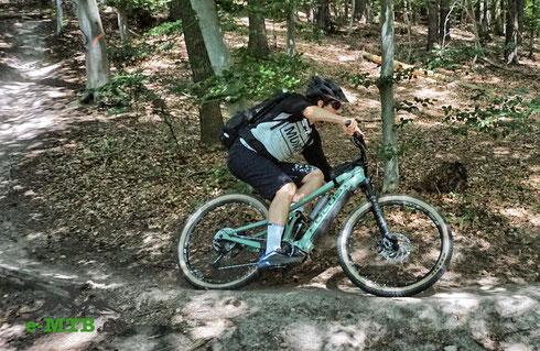 Mit dem e-MTB auf Trails im Wald unterwegs