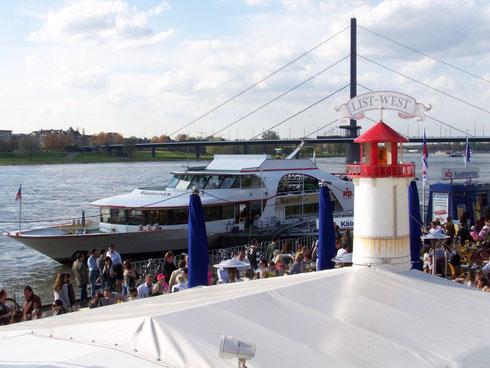 MS Warsteiner am Rheinufer in Düsseldorf
