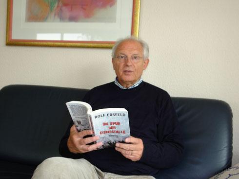 "Autor Rolf Ersfeld mit seinem Thriller ""Die Spur der Eiskristalle"". TV-Foto: Dorothee Quaré Foto: Dorothee Quaré (DQ) (""TV-Upload Quar?"""