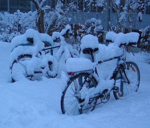 Bicycles snow Graz 2005 originalCC BY-SA 3.0