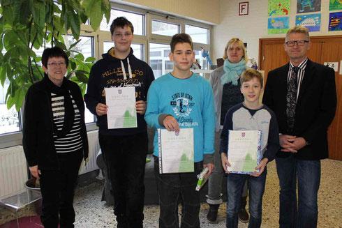 v.l.: Fachleiterin Petra Gombert, Jonas Böhm (8H), Leon Busch (8R2), Konrektorin Stephanie Hillmann, Jakob Schönauer (8R1), Schulleiter Heiko Bickel