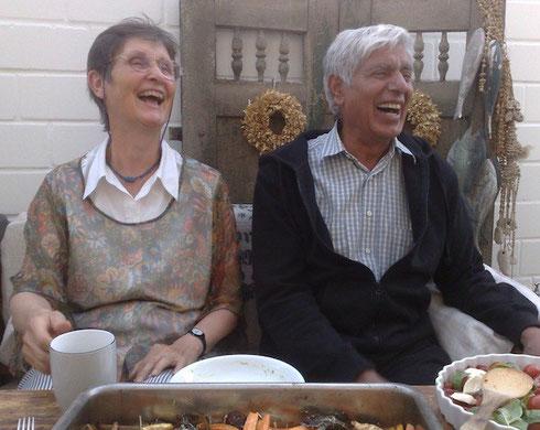 ©Natalia Pérez de Herrasti. Indio de Australia y húngara, amigos, antiguos colegas, residentes en Alemania, en una reunión en casa de una amiga alemana común.