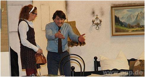 Krach schon nach der Ankunft: Brenda (Maria Allmeroth) und Stanley (Christian Fischer).