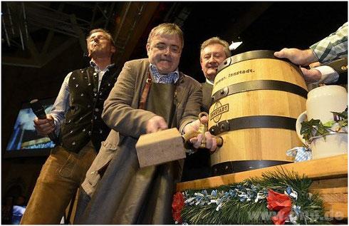 Bürgermeister Franz Krah beim Starkbieranstich
