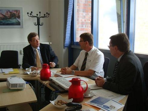 Enak Ferlemann bei Geschäftsführer Torsten Stoltz und Kai Kanthack.