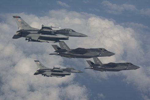 Ua coppia di F-16 ed una di F-35 / © USAF