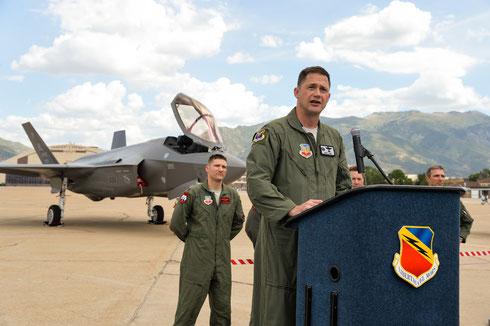 Il Col. Lyons durante la conferenza stampa, alle spalle il Lt.Col. Morris pilota del secondo velivolo. / © USAF