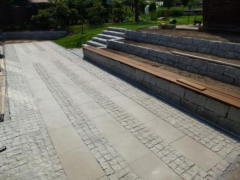 Terasse ist eine Kombination von Granitkleinsteinpflaster & Betonplatten. Die Trockenmauern & Treppe wurden aus Granitquadern errichtet