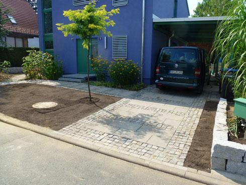 der Vorgarten mit Einfahrt
