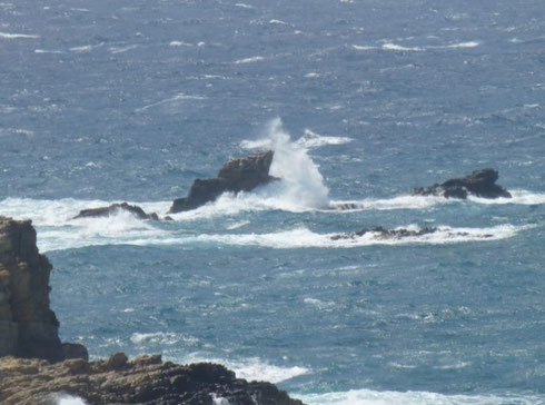 Stark und Selbstbewusst im Leben stehen, wie dieser Felsen im Ozean der gegen jede Welle standhält. Link: Hypnosetherapie Erwachsene mit weiteren Themen.