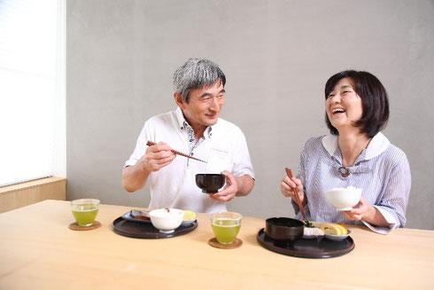 高齢者夫婦の食事風景