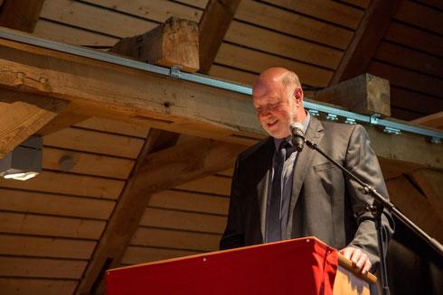 """Samtgemeindebürgermeister Edgar Gedecke begrüßte die anwesenden Gäste in der Samtgemeinde Nordkehdingen und gab den jungen Tischlern einen Rat mit auf den Weg: """"Arbeit ist das halbe Leben, und in dem sollte man Spaß haben."""" Foto: Christian Boldt"""