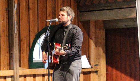 Musiker Ben Moske spielte mal leise, mal laute Töne und begeisterte die geladenen Gäste der Freisprechung der Tischlerlehrlinge 2014.