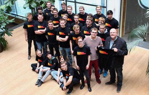 Obermeister Jörg Klintworth (rechts) überreicht den jungen Azubis ihre neuen T-Shirts. (Foto: Die Medienfrau)