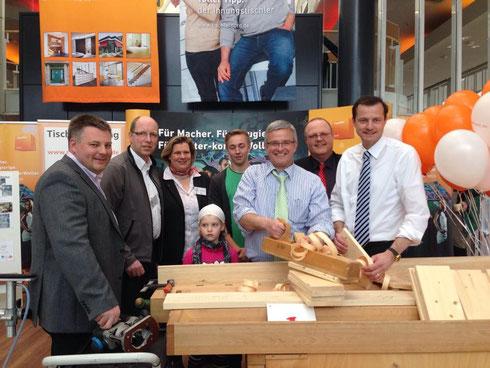 Zum Eröffnungstag besuchte der Stader Landrat Michael Roesberg und Bundestagsabgeordneter Oliver Grundmann (CDU) den Stand der Tischler-Innung und stellten unter Beweis, dass Sie auch spontan am Hobel mit anpacken können
