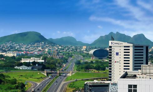 la Cybercité d'Ebene Ile Maurice comprend des immeubles de bureaux, un centre commercial, des hôtels, des zones de loisirs et récréatives un pôle formation un pôle administratif