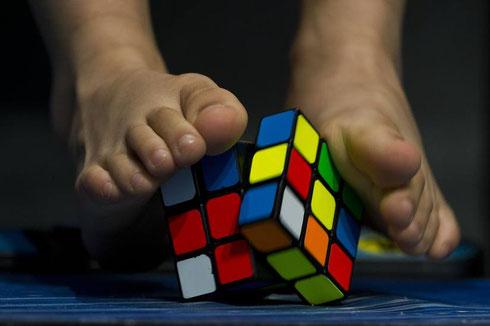 Cubo de Rubik resolviendose con lo pies.