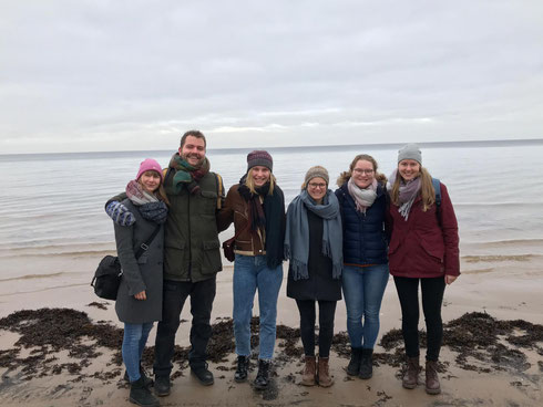 Anna, Leo, Emelie, Sofia, Friederike und Livia (v.l.) am Strand in Jurmala
