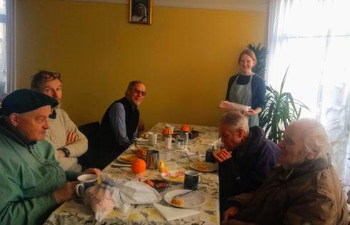 Ulrike beim Frühstück für Bedürftige