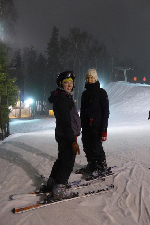 Josephine Metasch und Greta Hartmann beim Skifahren in Lettland