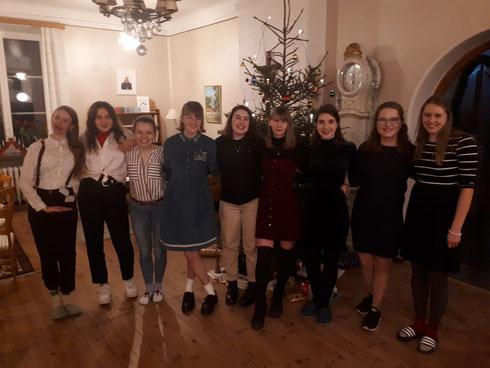 Heiligabend mit Alex, Greta, Pauline, Claire, Antonia, Anna, Madeleine, Friederike und Livia (v.l.)