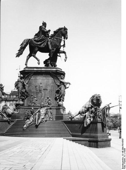 Quelle: Deutsches Bundesarchiv (German Federal Archive), Presse- und Informationsamt der Bundesregierung – Bildbestand (B 145 Bild), Bild B 145 Bild-P014767